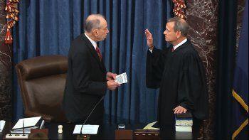 En esta imagen tomada de un video, el senador Chuck Grassley presta juramento ante el magistrado presidente de la Corte Suprema John Roberts para el juicio político contra el presidente Donald Trump en el Capitolio, Washington, el jueves 16 de enero de 2020.