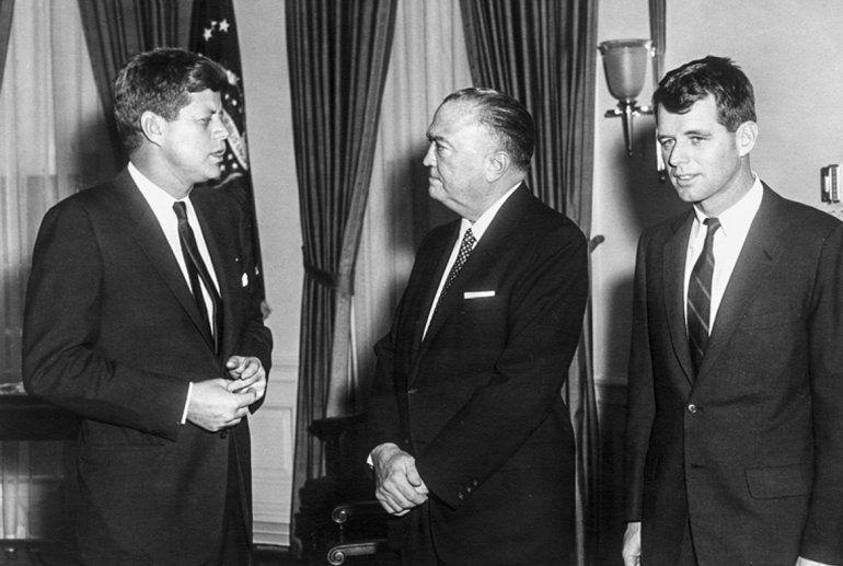 El presidente John F. Kennedy (izq.)