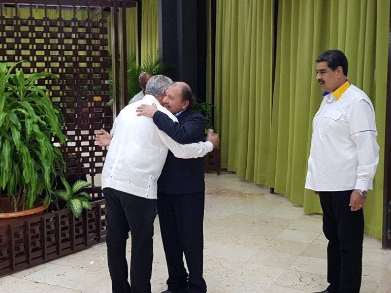 El dictador nicaragüense Daniel Ortega se abraza con el designado gobernante Miguel Díaz-Canel