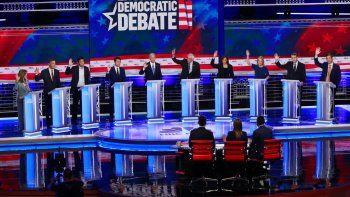 Diez aspirantes a la nominación demócrata para las elecciones de 2020 levantan la mano en señal de apoyo a la idea de ofrecer cobertura médica a los inmigrantes indocumentados en EEUU.