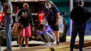 En esta fotografía de archivo del 7 de septiembre de 2020, una mujer se hinca frente al Hospital Infantil Comer del Centro Médico de la Universidad de Chicago, adonde fue trasladada una niña de 8 años tras ser asesinada en un tiroteo, en Chicago.