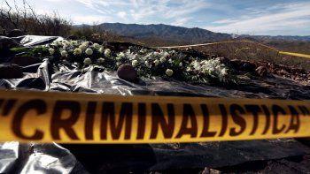 En esta imagen del 12 de enero de 2020, se ven flores que pusieron familiares en el lugar en el que fue emboscado uno de los vehículos de un miembro de la familia LeBarón el año pasado cerca de Bavispe, en el estado de Sonora, México.