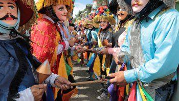 Los bailarines interpretan El Toro Huaco, una danza tradicional durante la festividad de San Sebastián en Diriamba, provincia de Carazo, a unos 50 kilómetros al sur de Managua el 19 de enero de 2021. Los devotos de San Sebastián bailan con trajes tradicionales y usan máscaras para evitar la propagación de la Coronavirus COVID-19.