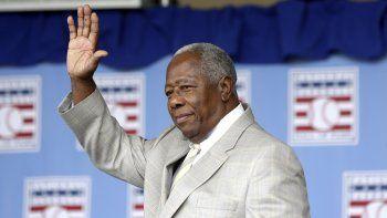 En imagen de archivo del domingo 28 de julio de 2013, Hank Aaron saluda a los aficionados durante la ceremonia de ingreso al Salón de la Fama del Béisbol en Cooperstown, Nueva York.
