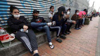Migrantes venezolanos esperando a los autobuses que les llevarán a la frontera venezolana, en Bogotá, Colombia. Los migrantes quieren regresar a su país porque dicen que no pudieron encontrar trabajo por el cierre de negocios ordenado en Colombia para combatir el coronavirus. Imagen del 30 de abril de 2020,