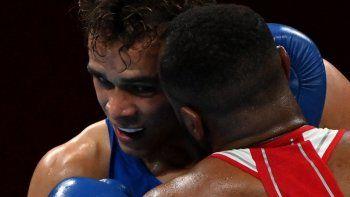 Youness Baalla de Marruecos (rojo) y David Nyika de Nueva Zelanda pelean durante la ronda preliminar de boxeo de octavos de final de su equipo masculino (81-91kg) durante los Juegos Olímpicos de Tokio 2020