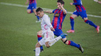 Casemiro del Real Madrid patea el balón durante el partido entre Real Madrid y Eibar por la liga española en el estadio Alfredo di Stefano en Madrid, sábado 3 de abril de 2021. Real Madrid ganó 2-0.