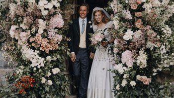 En esta fotografía publicada por las Comunicaciones Reales de la princesa Beatriz y Edoardo Mapelli Mozzi, la princesa británica Beatriz y Edoardo Mapelli Mozzi se paran en la puerta de la Capilla Real de Todos los Santos en Royal Lodge, Windsor, Inglaterra, después de su boda el sábado 18 de julio de 2020.