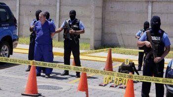 Edward Lacayo rodeado de agentes con rostro cubierto. Es uno de los 111 presos políticos que se encuentran en las mazmorras del régimen de Daniel Ortega.