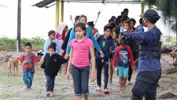 El Gobierno de Trinidad y Tobago, aliado de la dictadura de Nicolás Maduro, en una decisión muy criticada, lanzó el domingo al mar a 16 menores, entre ellos un bebé de cuatro meses, y a nueve mujeres que habían entrado ilegalmente a ese país.
