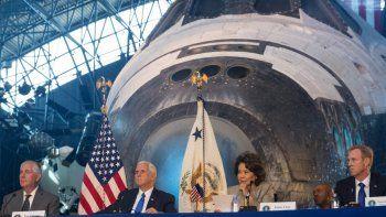 El vicepresidente Mike Pence preside una reunión del Consejo Nacional Espacial en el Centro Steven F. Udvar-Hazy, el jueves 5 de octubre de 2017, en Chantilly, Virginia.