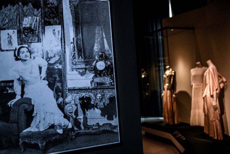 Esta imagen muestra creaciones de la diseñadora francesa Gabrielle Chanel mostradas durante la exposición Gabrielle Chanel