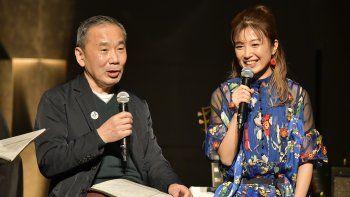 En esta foto proporcionada por TOKYO FM, el autor japonés Haruki Murakami conversa con la guitarrista Kaori Muraji durante un programa en Tokio el domingo 14 de febrero de 2021.