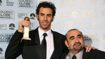 En esta foto de archivo, el actor británico Sacha Baron Cohen (izquierda) posa con el actor Ken Davitian (derecha) el 15 de enero de 2007 en la 64a Entrega Anual de los Globos de Oro en Beverly Hills, California.
