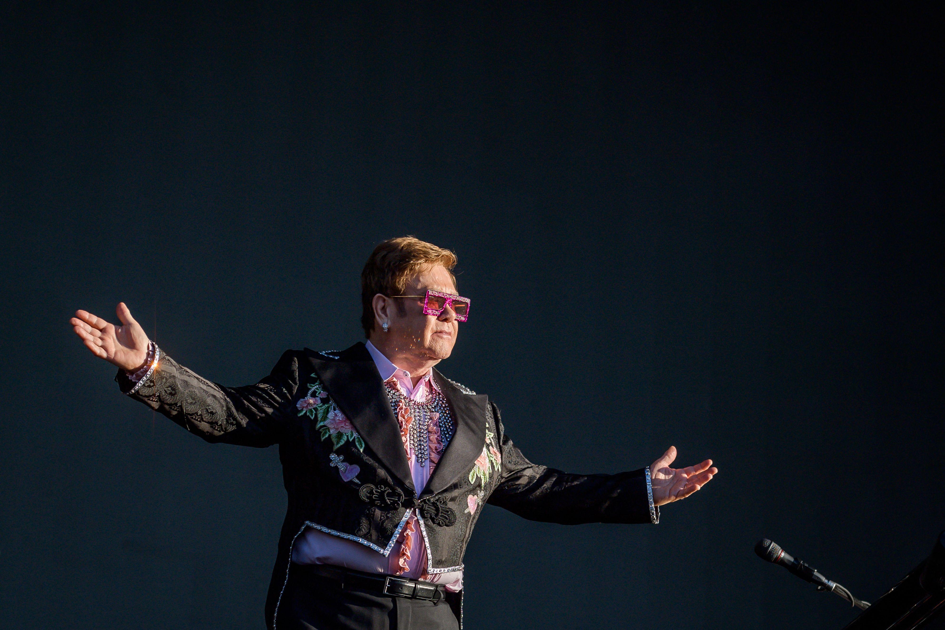 En esta foto de archivo tomada el 29 de junio de 2019, el cantautor británico Elton John realiza su gira Farewell Yellow Brick Road el sábado durante el Festival de Jazz de Montreux en Montreux.