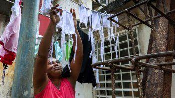 Después de lavar una mujer pone a secar al sol máscarillas faciales que hizo para distribuir entre sus vecinos con el fin de protegerse contra el coronavirus, en el barrio El Vedado en La Habana