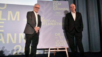 El delegado general del festival de cine de Cannes, Thierry Fremaux (izquierda) y el director francés del festival, Pierre Lescure, posan al final de la conferencia de prensa en París el 3 de junio de 2021, para anunciar la selección oficial de películas que compite por la Palme de Oro del 74 Festival de Cine de Cannes que se celebrará del 6 al 17 de julio.