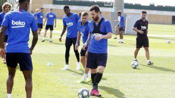 Tanto Messi como Neto entrenaron con el grupo en el entrenamiento de este lunes en el campo Tito Vilanova de la Ciutat Esportiva Joan Gamper, con Ousmane Dembélé, todavía recuperándose de una rotura fibrilar en el bíceps femoral del muslo izquierdo, haciendo parte de la sesión con sus compañeros.