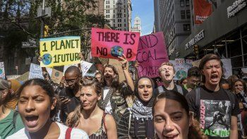 Activistas de cambio climático participan en una manifestación como parte de una protesta juvenil mundial contra el cambio climático, el viernes 20 de septiembre del 2019, en Nueva York.