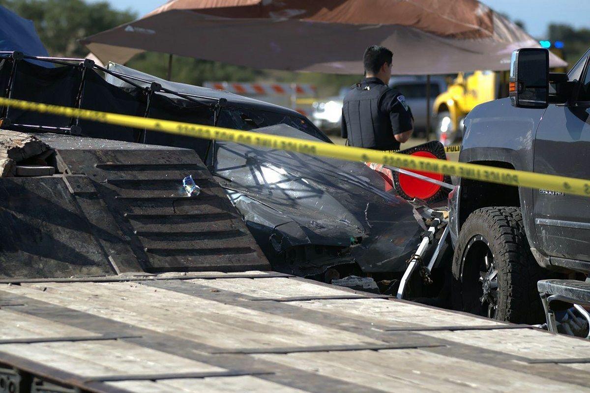 La escena en el lugar donde un carro se estrelló contra espectadores en una carrera en el Aeropuerto Kerrville-Kerr County, de Kerrville, Texas, el 23 de octubre del 2021.