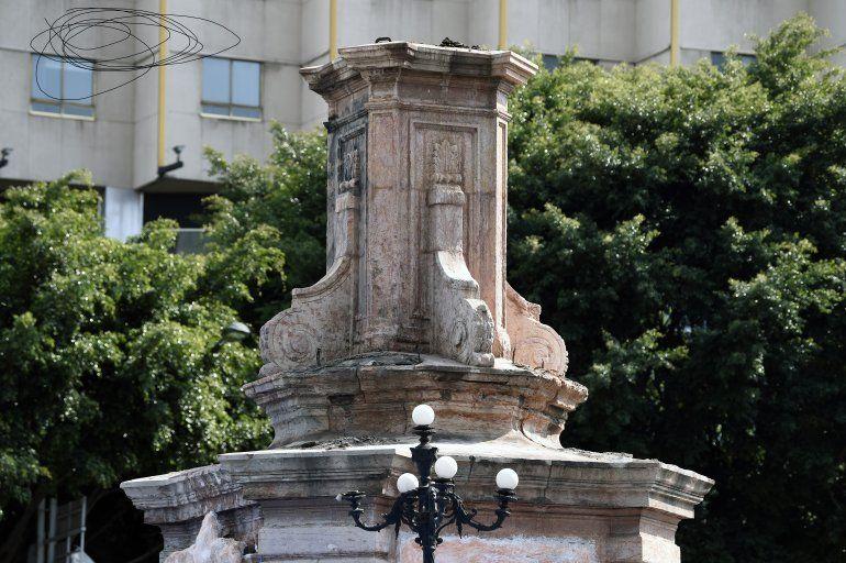 Vista de un pedestal vacío después de que la estatua del navegante italiano Cristóbal Colón fuera removida en la Avenida Reforma