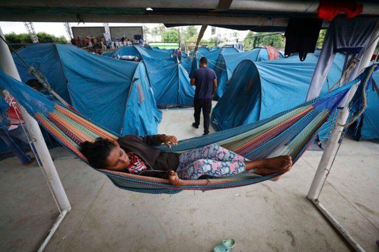 Venezolanos permanecen en un refugio en Arauquita