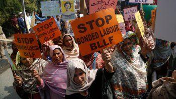 Fotografía de archivo del 8 de marzo de 2020 de activistas paquistaníes participando en una manifestación por el Día Internacional de la Mujer en Lahore, Pakistán.