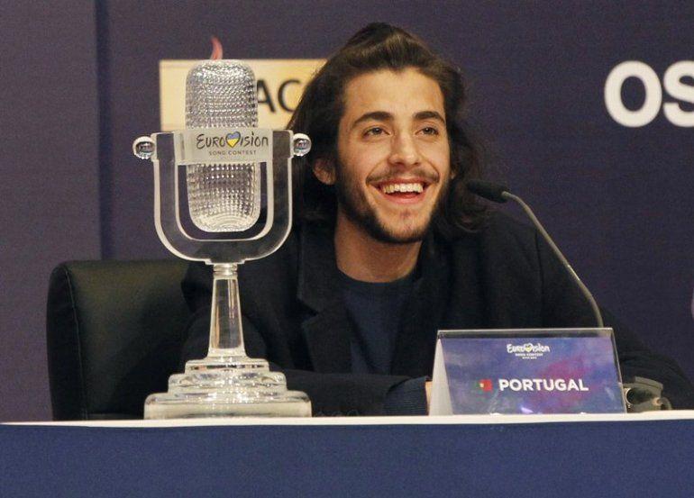 Salvador Sobral de Portugal sonríe mientras habla después de ganar la final del Festival de la Canción de Eurovisión con su canción Amar pelos dois durante una conferencia de prensa en Kiev