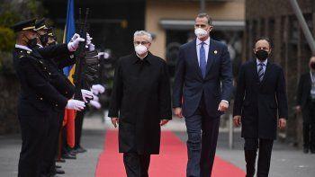 (De L) El copríncipe de Andorra y obispo de Urgell Joan-Enric Vives Sicilia I, el rey Felipe VI de España y el jefe de Gobierno de Andorra Xavier Espot revisan una guardia de honor durante la llegada de jefes de Estado para la XXVII Iberoamericana Cumbre en Andorra la Vella en Andorra el 20 de abril de 2021.