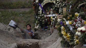 El trabajador de un cementerio cava una tumba en una sección del Cementerio Municipal de Valle de Chalco que se abrió a inicios de la pandemia de coronavirus para lidiar con el aumento de decesos, a las afueras de la Ciudad de México, el jueves 24 de septiembre de 2020.