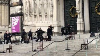 Agentes de la policía de Nueva York se mueven en la escena de un tiroteo en la Catedral de San Juan el Divino, el domingo 13 de diciembre de 2020, en Nueva York.