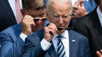 El presidente estadounidense Joe Biden se pone gafas de sol durante una ceremonia en honor al equipo de fútbol americano de la NFL de los Tampa Bay Buccaneers por su Campeonato del Super Bowl LV en el jardín sur de la Casa Blanca en Washington, DC, 20 de julio de 2021.