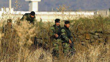 En esta imagen del 28 de enero de 2005, elementos del ejército mexicano inspeccionan los alrededores de la prisión de máxima seguridad de Puente Grande, a las afueras de la ciudad de Guadalajara, México