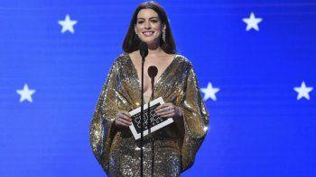 Anne Hathaway presenta el premio al mejor actor en la vigésimo quinta edición anual de los Critics Choice Awards el domingo 12 de enero de 2020, en el Barker Hangar en Santa Mónica, California.
