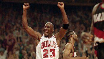 En esta foto del 14 de junio de 1992, Michael Jordan celebra la victoria de sus Bulls de Chicago ante los Trail Blazers de Portland en la serie final de la NBA.