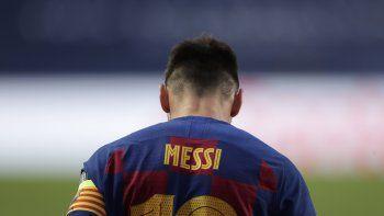 El argentino Lionel Messi, del Barcelona, se muestra cabizbajo durante el partido de los cuartos de final de la Liga de Campeones ante el Bayern Munich, en el Estadio de la Luz, en Lisboa, Portugal, el viernes 14 de agosto de 2020
