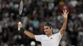 En esta foto de archivo del viernes 7 de febrero de 2020, Roger Federer agradece a la multitud después de ganar 3 sets a 2 contra Rafael Nadal en su partido de exhibición de tenis celebrado en el Cape Town Stadium en Ciudad del Cabo, Sudáfrica.