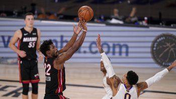 Jimmy Butler, del Heat de Miami, dispara por encima de Kyle Kuzma, de los Lakers de Los Ángeles, en la segunda mitad del tercer juego de la Final de la NBA, el domingo 4 de octubre de 2020, en Lake Buena Vista, Florida