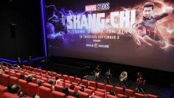 Los actores Awkwafina, Simu Liu, Menger Zhang y Fala Chen participan en una sesión de preguntas y respuestas durante la proyección especial de Shang-Chi y la leyenda de los diez anillos de Marvel Studios en Regal Union Square el 30 de agosto de 2021, en Nueva York.