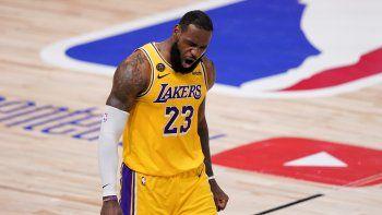 LeBron James, de los Lakers de Los Ángeles, festeja durante el cuarto partido de la final de la NBA ante el Heat de Miami, el martes 6 de octubre de 2020, en Lake Buena Vista, Florida