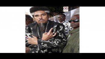 En esta foto proporcionada por Nzazi Malonga, Shock G, a la izquierda, posa en el estreno de la película All Eyez On Me en Los Angeles el 14 de junio de 2017. El rapero, líder del grupo de hip hop Digital Underground, falleció a la edad de 57 años.