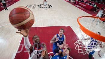 Bam Adebayo de EEUU va a la canasta y supera a Jan Vesely de la República Checa (abajo) en el partido de baloncesto del grupo A de la ronda preliminar masculina entre ambas selecciones durante los Juegos Olímpicos de Tokio 2020