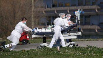 Un paciente de COVID-19 es evacuado del hospital civil Mulhouse, en el este de Francia, el 23 de marzo de 2020. A un año de iniciar la pandemia, el mundo se acercaba a las 3 millones de muertes por coronavirus