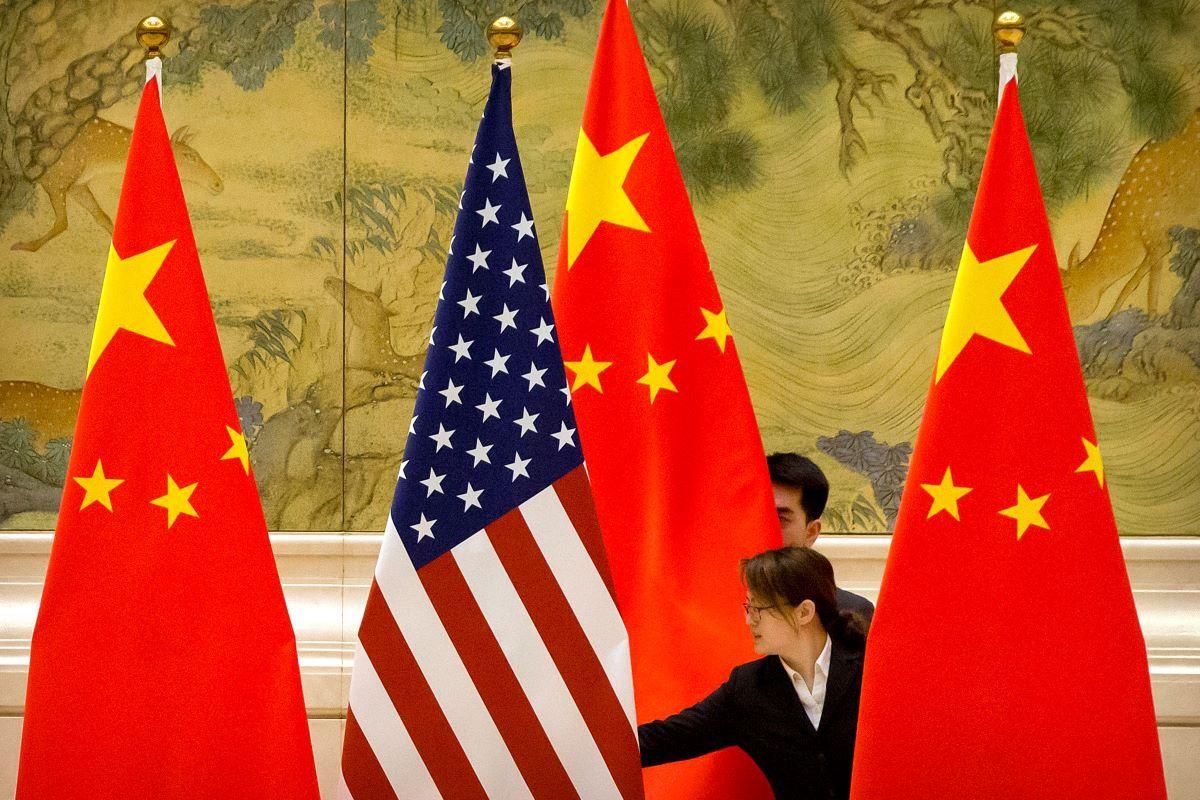 Banderas de EEUU y China en el lugar de negociaciones comerciales entre los dos países, en Beijing el 14 de febrero del 2019.