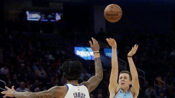 El jugador del Heat de Miami Heat Duncan Robinson (55) lanza a canasta sobre el jugador de los Warriors de Golden State Marquese Chriss (32) durante la primera mitad de su juego de NBA en San Francisco, el lunes 10 de febrero de 2020.
