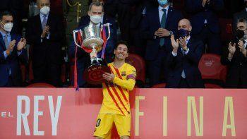 El capitán del Barça se encargaría de levantar la Copa con una gran sonrisa, cuando todavía está pendiente su renovación a menos de tres meses para que expire su contrato