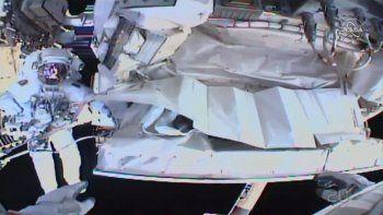 Fotografía facilitada por la NASA y que muestra la imagen tomada por la cámara montada en el casco del astronauta Andrew Morgan y en la que se observa a su colega italiano Luca Parmitano trabajando fuera de la Estación Espacial Internacional el sábado 25 de enero de 2020.