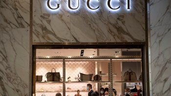 La gente usa máscaras cuando visita Una tienda de Gucci durante la pandemia en Las Vegas, Nevada.Alexandra Zarini, una de las herederas de la casa, demanda a supadrastropor abuso sexual.