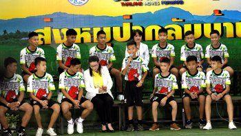 Los trece vestían la camiseta del equipo de fútbol al que pertenecen, los Jabalíes Salvajes, y todos sonreía y presentaban un buen aspecto físico durante la rueda de prensa en Chiang Rai, la capital de la provincia homónima situada en el norte del país.