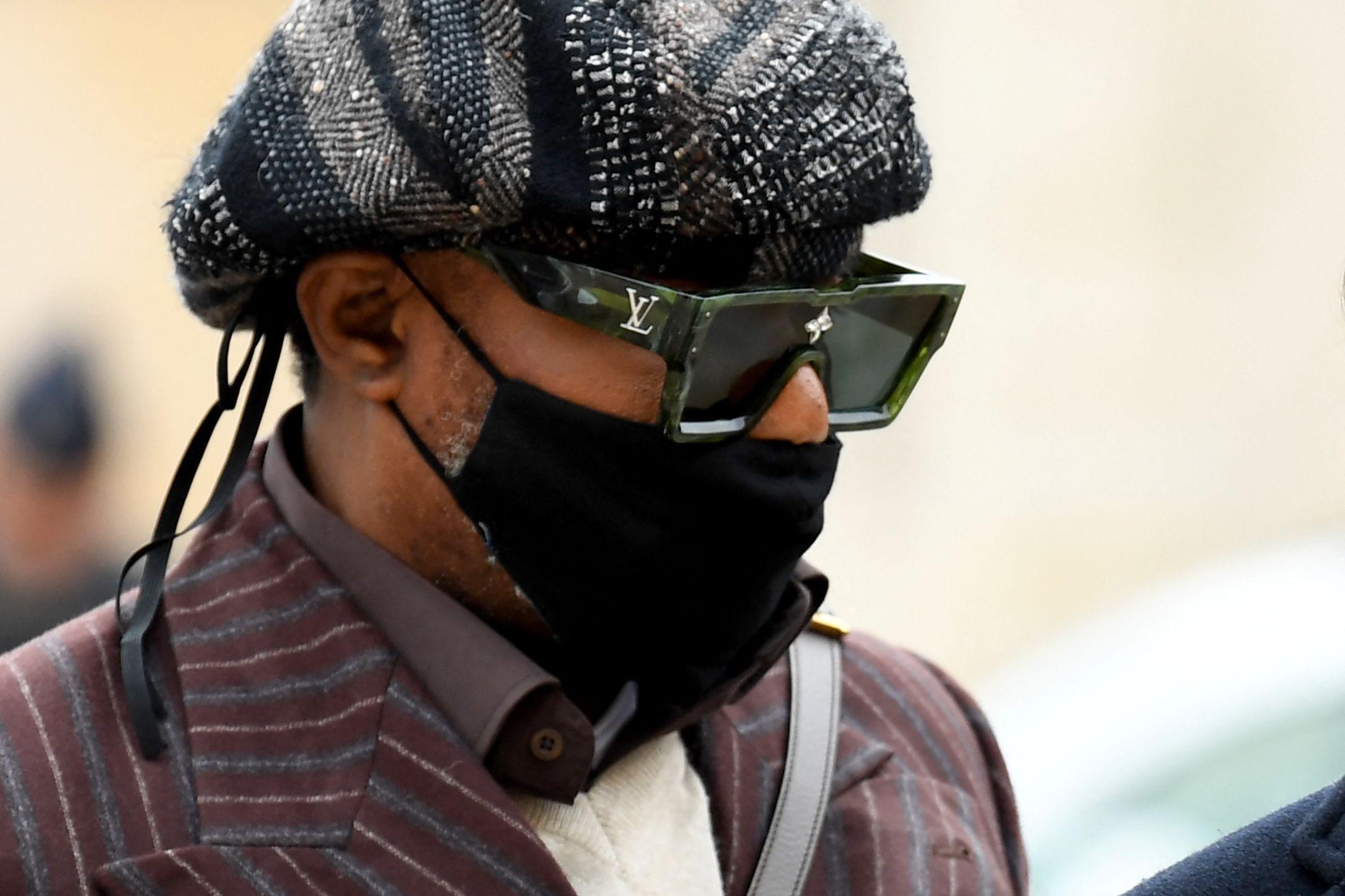 El cantante congoleño Koffi Olomidéllega el 25 de octubre de 2021 al juzgado de Versalles para su juicio de apelación por los cargos de agresión sexual y secuestro de cuatro de sus exbailarines entre 2002 y 2006.